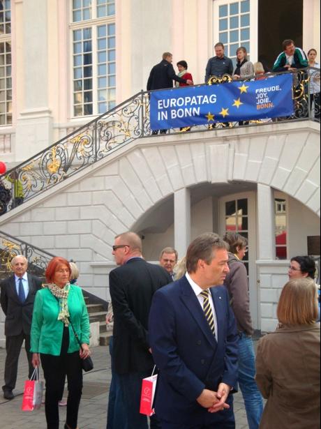 Oberbürgermeister Nimptsch (vorn) im Gespräch mit Bürgern